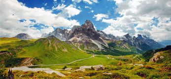 Italienska Dolomiti - trevlig panorama- sikt royaltyfri foto