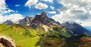 Italienska Dolomiti - trevlig panorama- sikt arkivbild