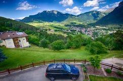 Italienska fjällängar - Alpe di Siusi stadlandskap Arkivfoton