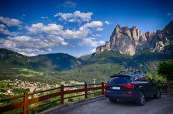 Italienska fjällängar - Alpe di Siusi stadlandskap Arkivbild