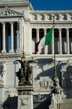 Italienska Flaga med den Altare dellaen Patria på bakgrunden Royaltyfri Foto