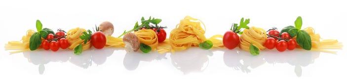 Italienska ingredienser för ett pastamaträttbaner Royaltyfri Bild