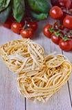 Italienska ingredienser, tagliatellepasta Royaltyfria Foton