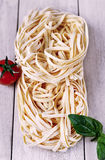 Italienska ingredienser, tagliatellepasta Arkivfoton