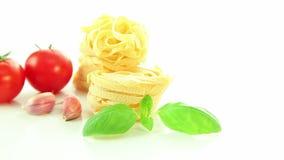 Italienska ingredienser, tomatvitlökpasta och basilika som isoleras på vit bakgrund lager videofilmer