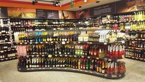 Italienska lagerhyllor för vin Att bordlägga shoppar Arkivbilder