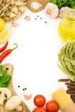 Italienska matingredienser för att laga mat över vit Royaltyfri Fotografi