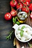 Italienska matlagningingredienser, Mozzarella, basilika, Olive Oil och Ch Royaltyfria Bilder