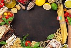 italienska matlagningmatingredienser bakgrundsCherryingredienser isolerade white för pastaspagettitomat Arkivbilder