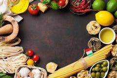 italienska matlagningmatingredienser bakgrundsCherryingredienser isolerade white för pastaspagettitomat Royaltyfri Fotografi