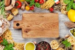 italienska matlagningmatingredienser bakgrundsCherryingredienser isolerade white för pastaspagettitomat Arkivfoto
