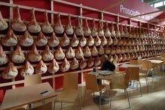 Italienska matspecialitetSan Daniele rå skinkor som hängs i en ganska ställning för mat arkivfoto