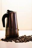 Italienska mokakaffebryggare- och kaffebönor Svart och whit royaltyfri fotografi