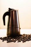 Italienska mokakaffebryggare- och kaffebönor Svart och whit royaltyfri bild