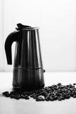 Italienska mokakaffebryggare- och kaffebönor svart white royaltyfria bilder