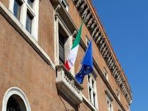 Italienska och europeiska fackliga flaggor Arkivfoto