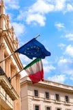 Italienska och europeiska fackliga flaggor som utomhus vinkar från ambassadbalkongen i främre ingång för London yttre sikt Royaltyfri Fotografi