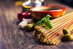 Italienska och medelhavs- matingredienser på gammal träbakgrund Royaltyfri Bild