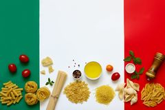 Italienska pastaingredienser arkivbild