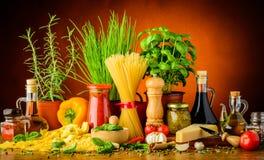 Italienska pastaingredienser Royaltyfri Fotografi