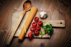 Italienska pastamatingredienser Arkivfoto