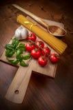 Italienska pastamatingredienser Arkivbilder