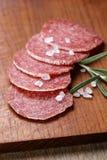 Italienska salamikorvskivor med det salta rosmarin och havet royaltyfria foton
