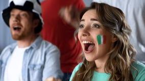 Italienska supportrar som firar seger av landslaget, hållande ögonen på match i bar royaltyfri bild