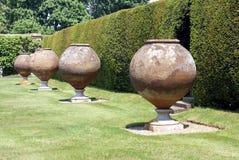 Italienska terrakottacontianers, Hever slottträdgård, UK Arkivfoton