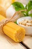 Italienska traditionella ingredienser för basilikapestopasta Arkivfoton
