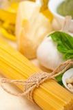 Italienska traditionella ingredienser för basilikapestopasta Arkivbild