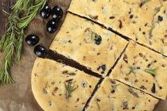 Italienskt focacciabröd med oliv och rosmarin royaltyfri foto