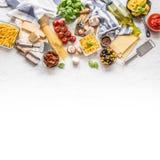 Italienskt G för basilika för ost för parmesan för olivolja för pasta för matingredienser arkivfoton