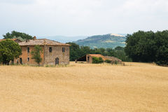 Italienskt hus- och skördfält i bygden Arkivbilder