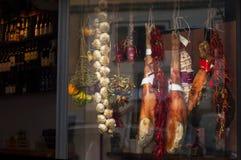 Italienskt klassiskt kött kött i shoppafönstret knyckigt matlagning torkade lätta gör grönsaker ställning arkivfoto