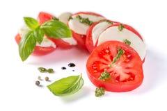 Italienskt kokkonstbegrepp - caprese sallad som isoleras på vit arkivfoton