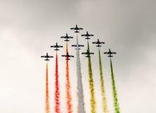 Italienskt konstflygninglag i bildande som utplacerar rök Arkivfoton