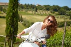 Italienskt kvinnasammanträde på en italiensk sparkcykel royaltyfri bild