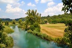Italienskt landskap med floden Royaltyfri Foto