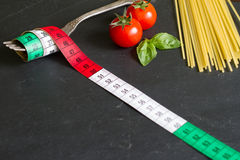 Italienskt matbegrepp med cm och gaffeln Arkivfoto
