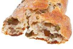 Italienskt medelhavs- bröd med gröna oliv Arkivbilder