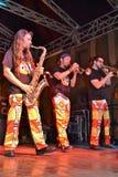 Italienskt musikaliskt musikbandAntani projekt som spelar blåsinstrument under den fria konserten på Lecco den i stadens centrum  arkivfoto