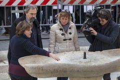 Italienskt nationellt nätverk för TVbesättning Springbrunn som är skadad vid holländska fotbollfans Feyenoord rome Royaltyfri Foto