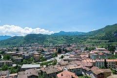 Italienskt norr landskap med vingårdar Arkivfoton