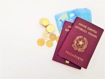 Italienskt pass två med eurosedlar royaltyfri fotografi