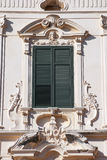 Italienskt utsmyckat fönster royaltyfri bild