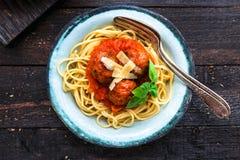 Itallianspaghetti en vleesballetjes en parmegano voor diner, comfortvoedsel, dichte mening Stock Fotografie