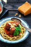 Itallianspaghetti en vleesballetjes en parmegano voor diner, comfortvoedsel, dichte mening Royalty-vrije Stock Fotografie