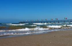 italy Emilia-Romagna Rimini Grupp av flaggor av Italien och havet på bakgrund för blå himmel den konstnärliga detaljerade eiffel  Royaltyfria Bilder