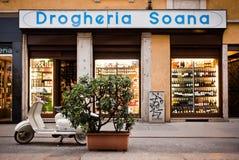 ITALY ESCONDIDO: Mercearia velha em Milão   imagem de stock